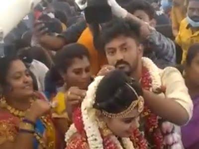 तमिलनाडु के एक जोड़े ने 23 मई को अपने करीबी दोस्तों और परिवार की मौजूदगी में मदुरै से थूथुकुडी जाते समय दूल्हा और दुल्हन के एक विमान में शादी के बंधन में बंधने के बाद सुर्खियां बटोरीं।