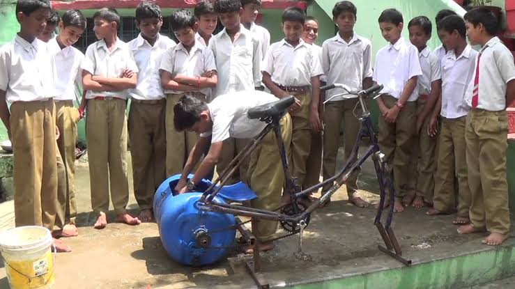 सरकारी स्कूल के छात्र ने बनाई अनोखी वाशिंग मशीन.
