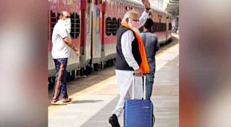 ना सिक्योरिटी गार्ड, ना भीड़भाड़, ना वीआईपी कार, अकेले ही रेलवे स्टेशन पर कहां चल दिए पीएम मोदी?