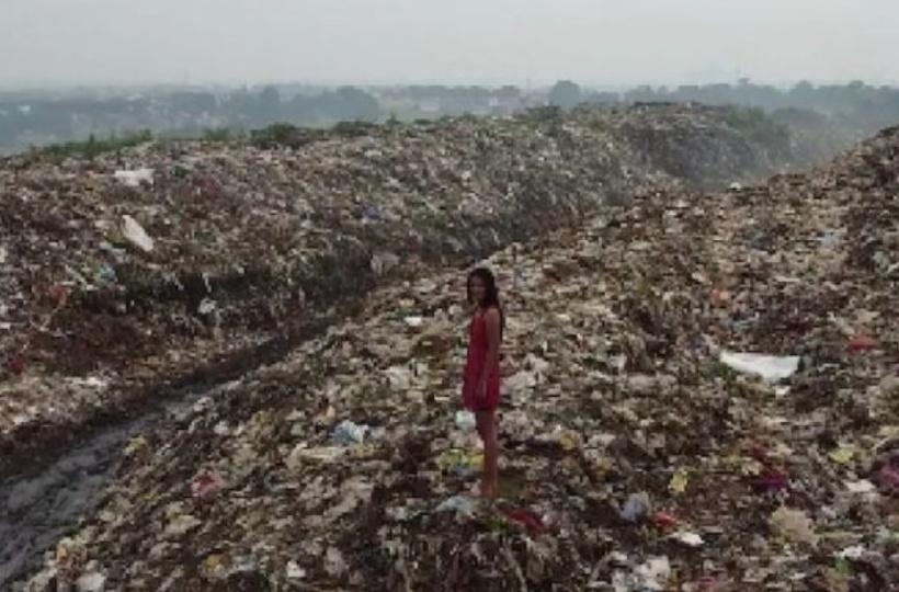 कचरे के पहाड़ पर कैटवॉक करते नजर आई मिस झारखंड, सरकार को दिया संदेश