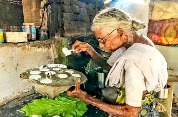 केवल ₹1 में इडली  बनाकर भेजती थी बुजुर्ग महिला, आनंद महिंद्रा ने की मदद और बनवा कर दिया नया घर